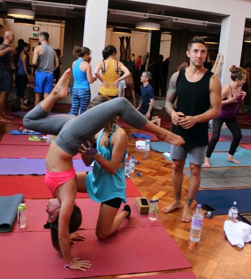 Mi hermana y yo practicando variantes del pino con Dylan. Foto: Indaba Yoga.